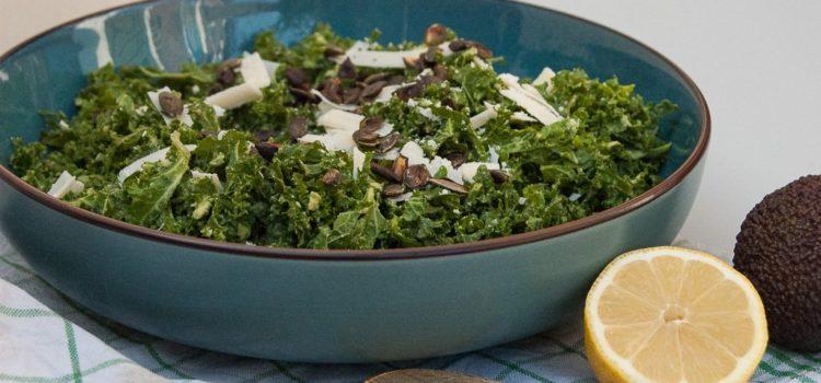 Boerenkool & avocado salade uit 'Gezond Fastfood' van Nora French